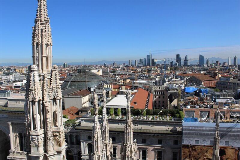 Spacer po dachu Duomo, panorama miasta – Mediolan, Lombardia, Włochy.