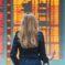 Kobieta patrząca na tablicę odlotów na lotnisku